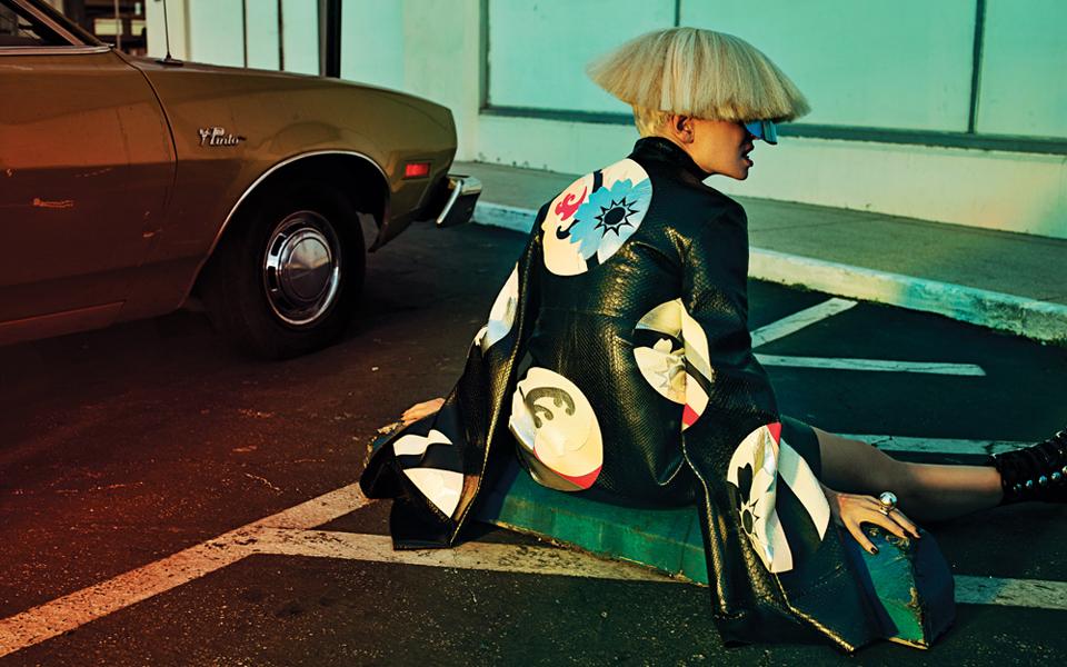 La enigmática Sia en la portada de Interview