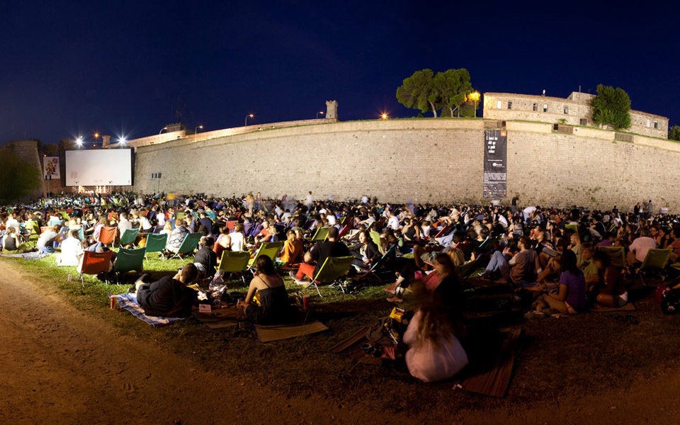 Sala montju c el genuino cine al aire libre good2b for Cinema fresca montjuic