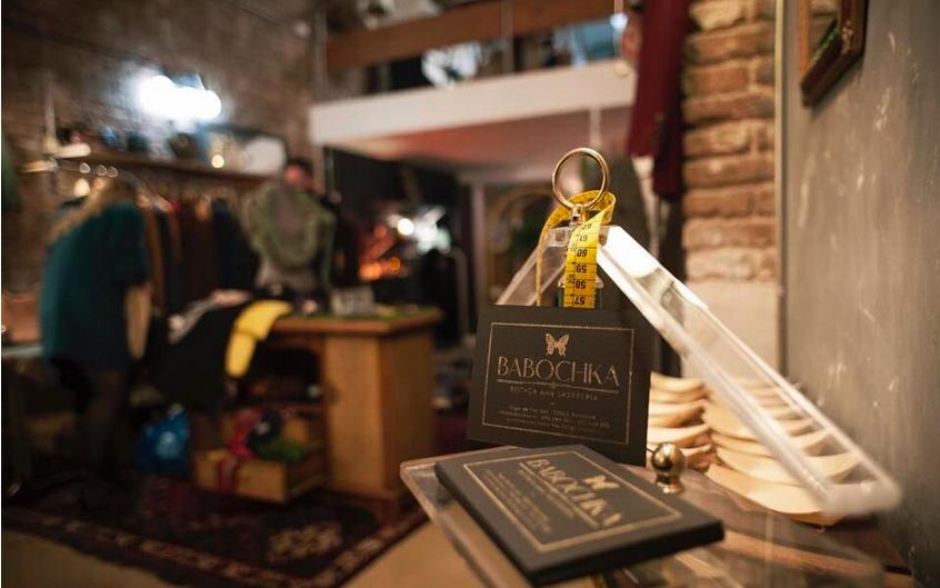 Babochka inaugura su sastrería y tienda de objetos encontrados