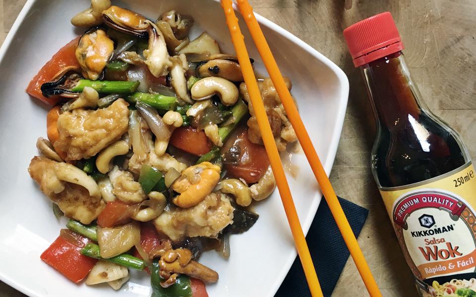 ¡Apunta! Verduras con anacardos al wok con frutos del mar