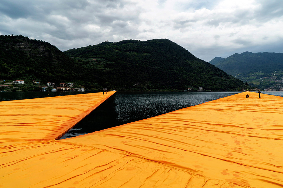 christo-walking-water-floating-piers-003