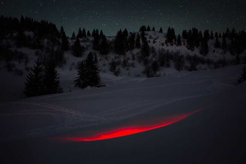 nicolas-rivals-la-linea-roja-installation-nature-long-exposure-light-designboom-011