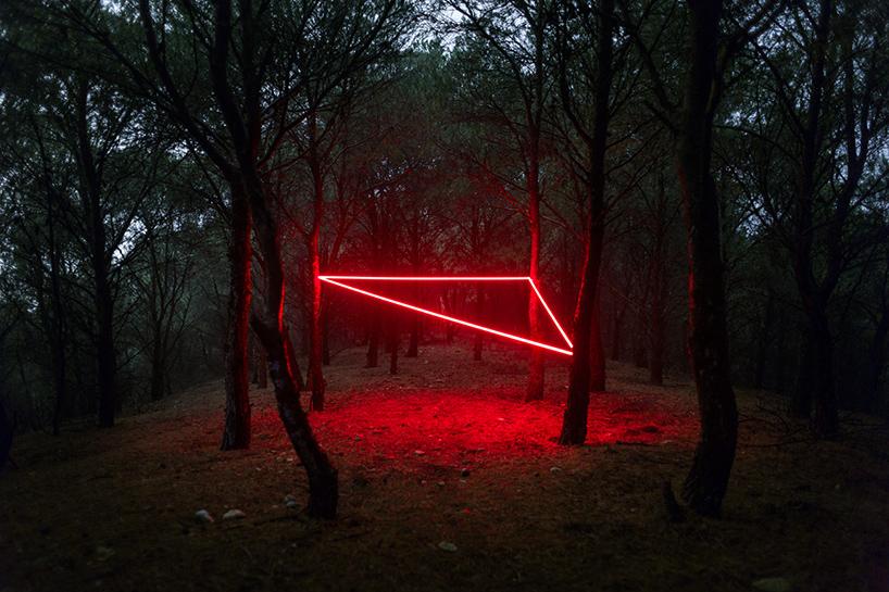nicolas-rivals-la-linea-roja-installation-nature-long-exposure-light-designboom-03
