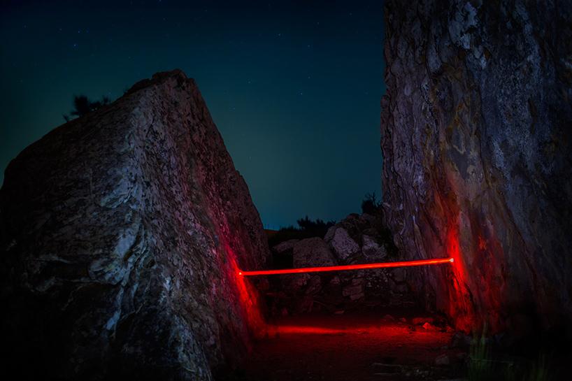 nicolas-rivals-la-linea-roja-installation-nature-long-exposure-light-designboom-07