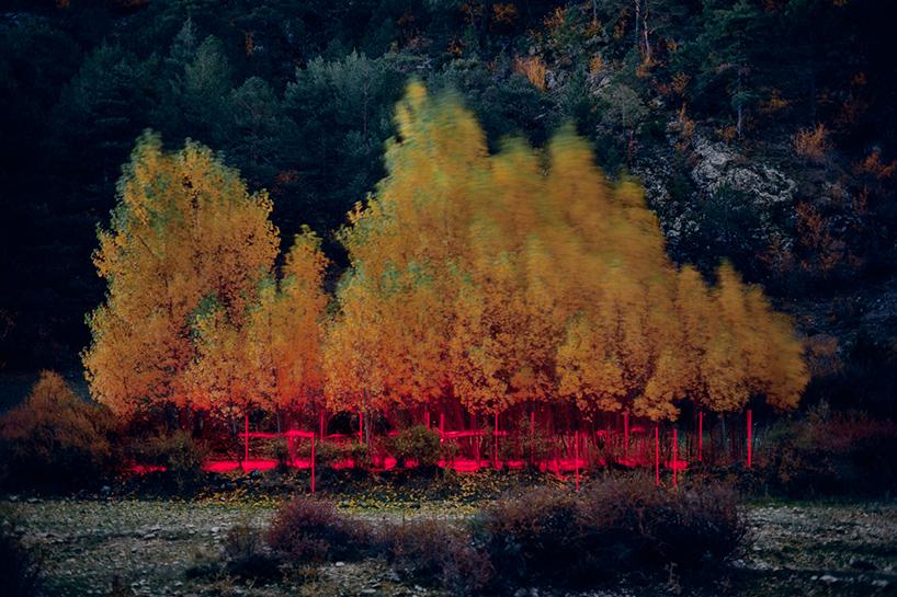 nicolas-rivals-la-linea-roja-installation-nature-long-exposure-light-designboom-09