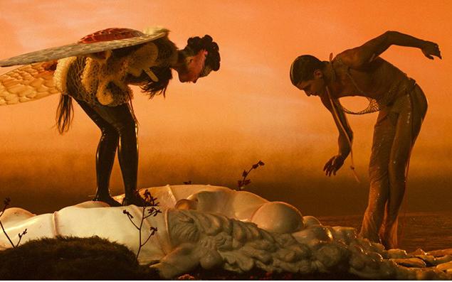 ¿Qué hacen Arca y Björk saliendo de un útero extraterrestre?