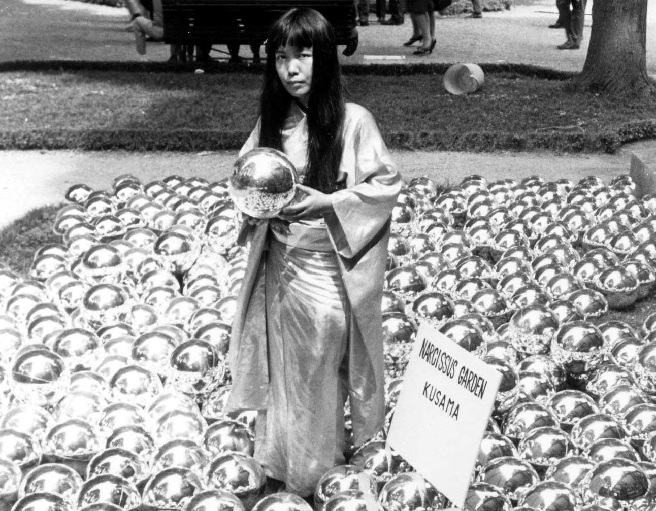 Yayoi Kusama vuelve a mostrar su 'Narcissus Garden' en un garaje abandonado de NYC