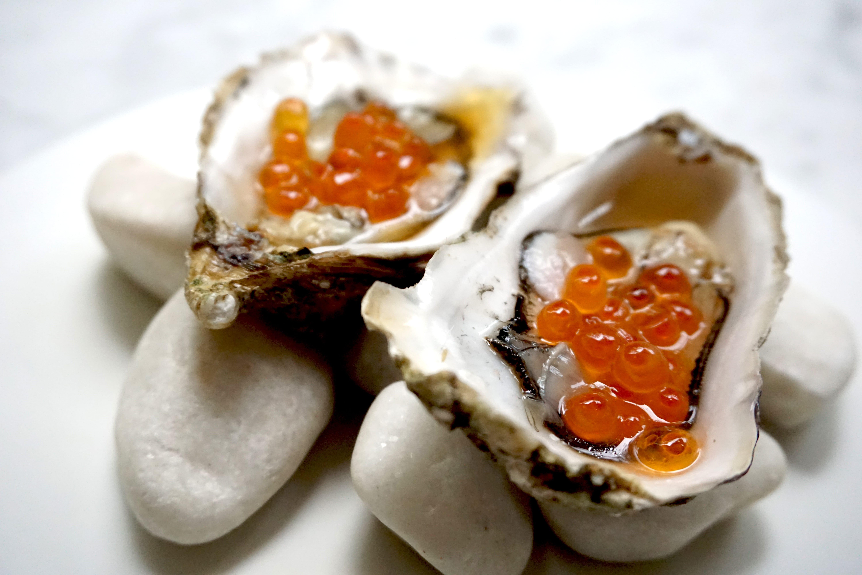ostras-con-hueva-de-salmon-min