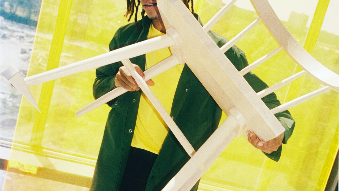 una-model-soste-una-cadira-de-fusta-orientada-cap-a-la-camer-9e9a70b2f3352dfb078d5b57c8538a1d